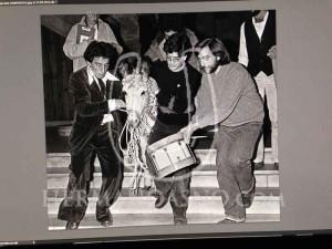 Alumnos introduciendo un burro en la Universidad de Santiago de Compostela durante una protesta estudiantil en los años 80. (foto: Mondelo)